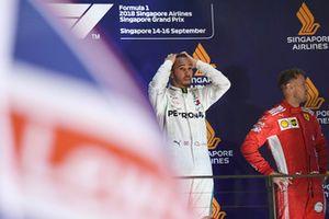 (Da sx a dx): Lewis Hamilton, Mercedes AMG F1 e Sebastian Vettel, Ferrari, festeggiano sul podio