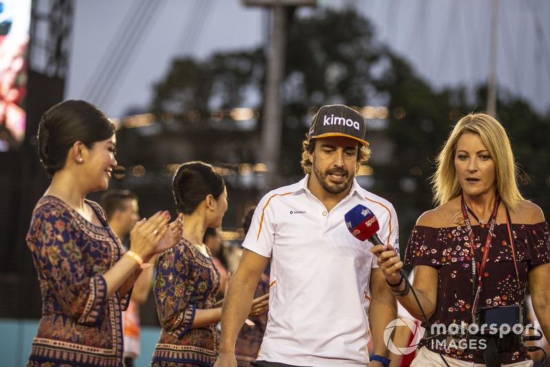 Fernando Alonso, McLaren habla con Rachel Brooks, Sky TV en el desfile de pilotos