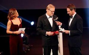 Ari Vatanen presenteert de Rally Driver of the Year Award