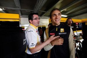 Vitaly Petrov, Renault F1 Team, con Eric Boullier, Director del equipo Renault F1 Team