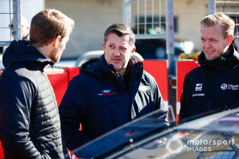 NASCAR Cup driver Tony Stewart talks to Kevin Magnussen, Haas F1 and Romain Grosjean, Haas F1