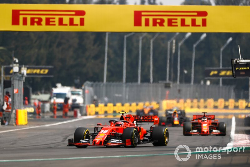 Charles Leclerc, Ferrari SF90, precede Sebastian Vettel, Ferrari SF90, e Alexander Albon, Red Bull RB15