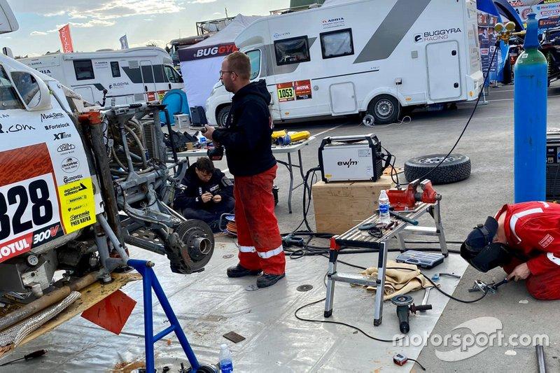 #328 Neil Woolridge Motorsport Ford: Tomas Ourednicek, David Kripal get repaired