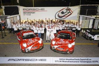 #911 Porsche GT Team Porsche 911 RSR: Patrick Pilet, Nick Tandy, Frederic Makowiecki e #912 Porsche GT Team Porsche 911 RSR: Earl Bamber, Laurens Vanthoor, Mathieu Jaminet festeggiano