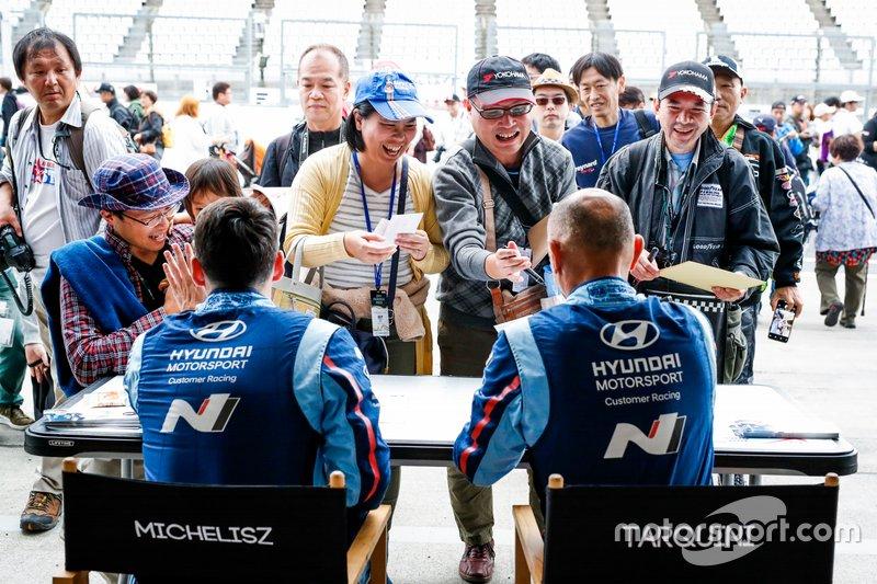 Гонщики BRC Hyundai N Squadra Corse Норберт Михелис и Габриэле Тарквини