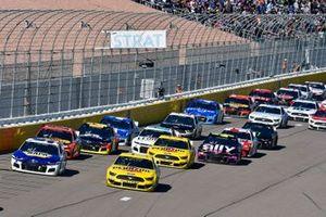 Ryan Blaney, Team Penske, Ford Mustang Menards/Pennzoil, Chase Elliott, Hendrick Motorsports, Chevrolet Camaro NAPA Auto Parts