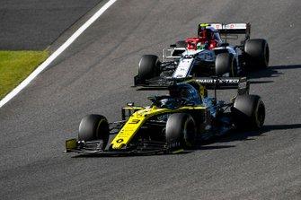 Daniel Ricciardo, Renault F1 Team R.S.19, passes Antonio Giovinazzi, Alfa Romeo Racing C38