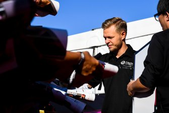 Kevin Magnussen, Haas F1 signs an autograph for a fan