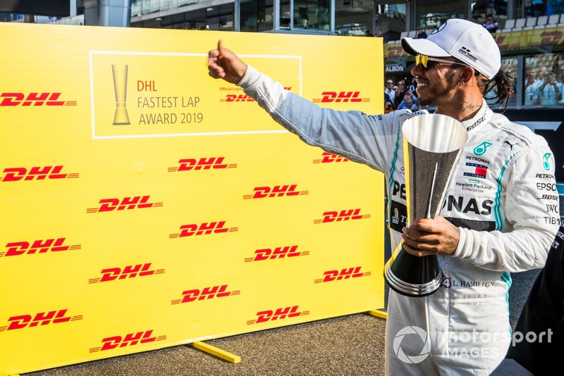 Lewis Hamilton, Mercedes AMG F1, festeggia con il trofeo DHL Fastest Lap