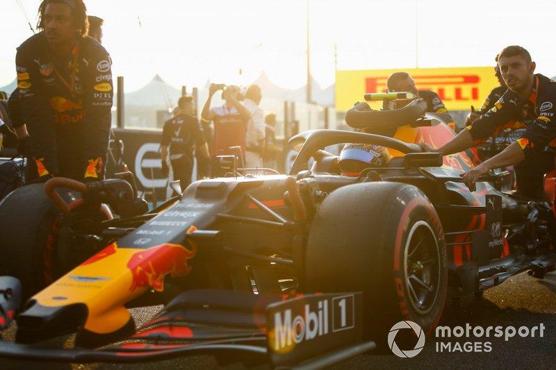 Alexander Albon, Red Bull RB15, arriva sulla griglia con i meccanici