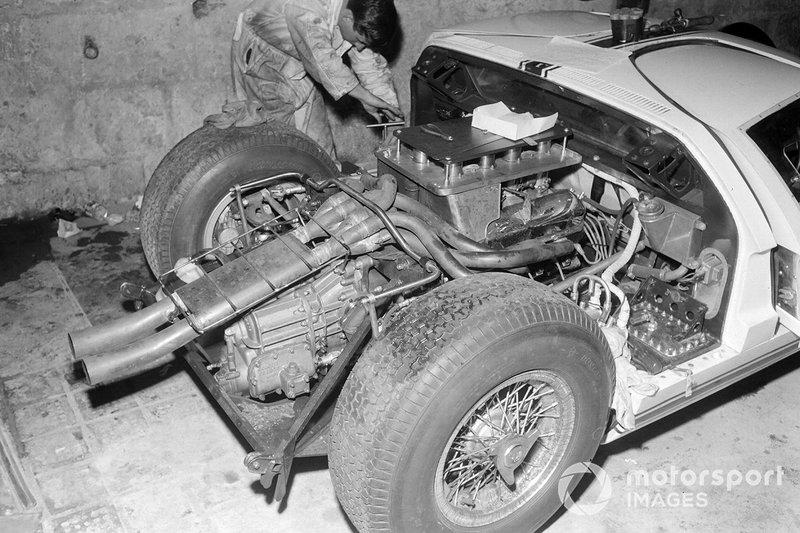 1964 год. Один из автомобилей Ford GT40 в боксах заводской команды