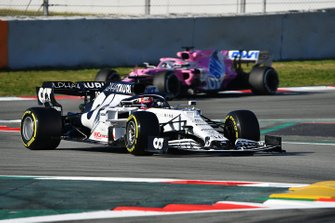 Pierre Gasly, AlphaTauri AT01 leads Sergio Perez, Racing Point RP20
