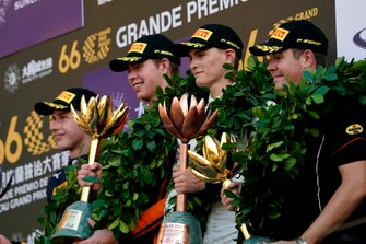 Podio: il vincitore della gara Richard Verschoor, MP Motorsport, second place Jüri Vips, Hitech Grand Prix, third place Logan Sargeant, Carlin Buzz Racing.