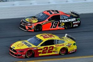 Joey Logano, Team Penske, Ford Mustang Shell Pennzoil and Martin Truex Jr., Joe Gibbs Racing, Toyota Camry Bass Pro Shops