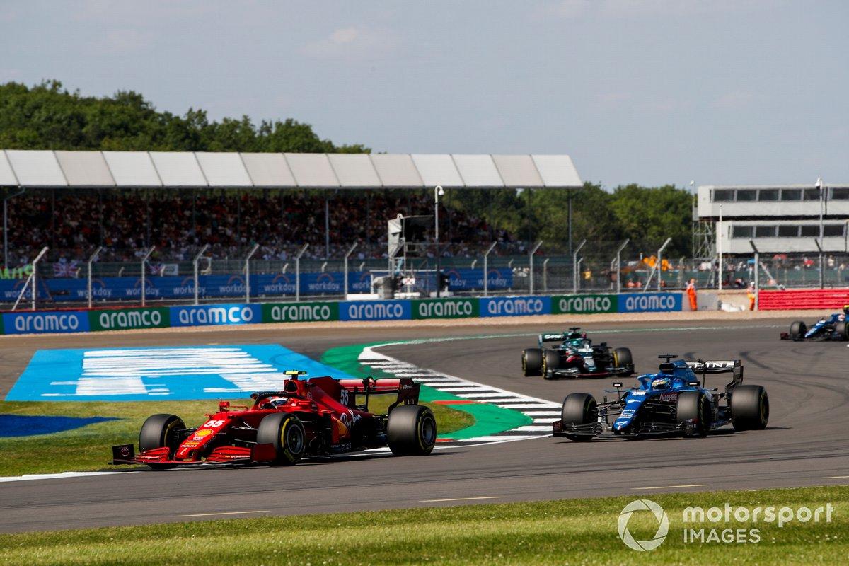 Carlos Sainz Jr., Ferrari SF21, Fernando Alonso, Alpine A521, e Lance Stroll, Aston Martin AMR21