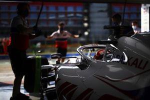 Nikita Mazepin, Haas VF-21, in the garage