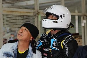 山本のヘルメットは真っ白。レースに誘ったランナップスポーツの田中代表とタイムをチェック