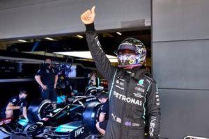 Lewis Hamilton, Mercedes, acknowledges his home fans