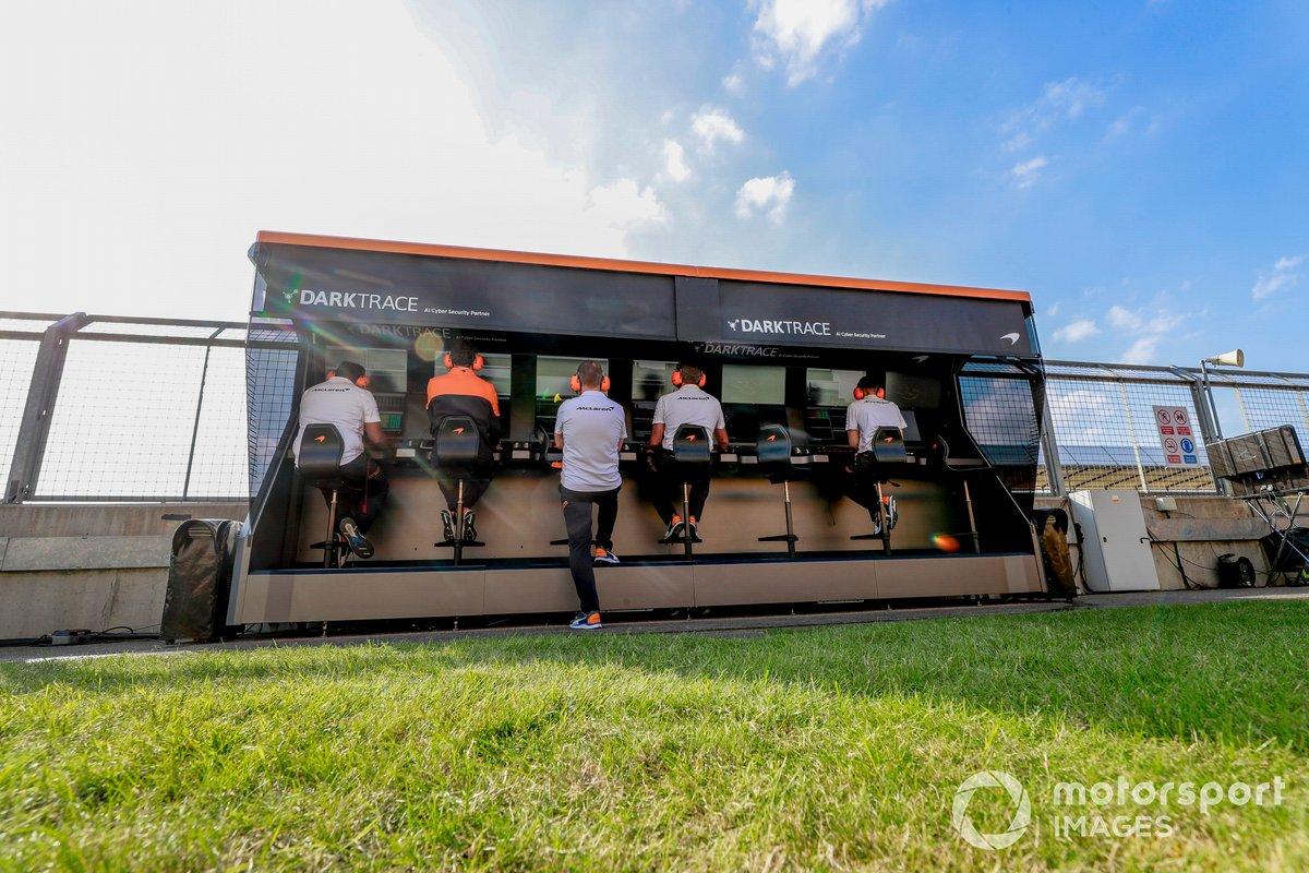 El equipo McLaren en el muro de boxes