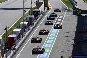 Lando Norris, McLaren MCL35M, y los demás pilotos salen de los boxes durante la clasificación