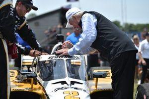 Roger Penske congratulates Josef Newgarden, Team Penske Chevrolet