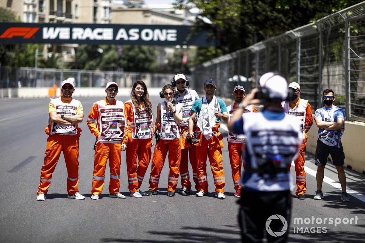 Los comisarios en una foto de grupo en Bakú
