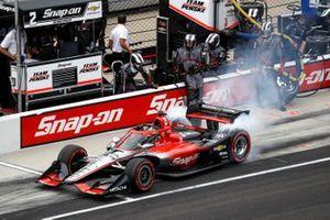 Josef Newgarden, Team Penske Chevrolet, fait un arrêt au stand