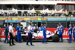 Mechanics on the grid with the car of Nikita Mazepin, Haas VF-21