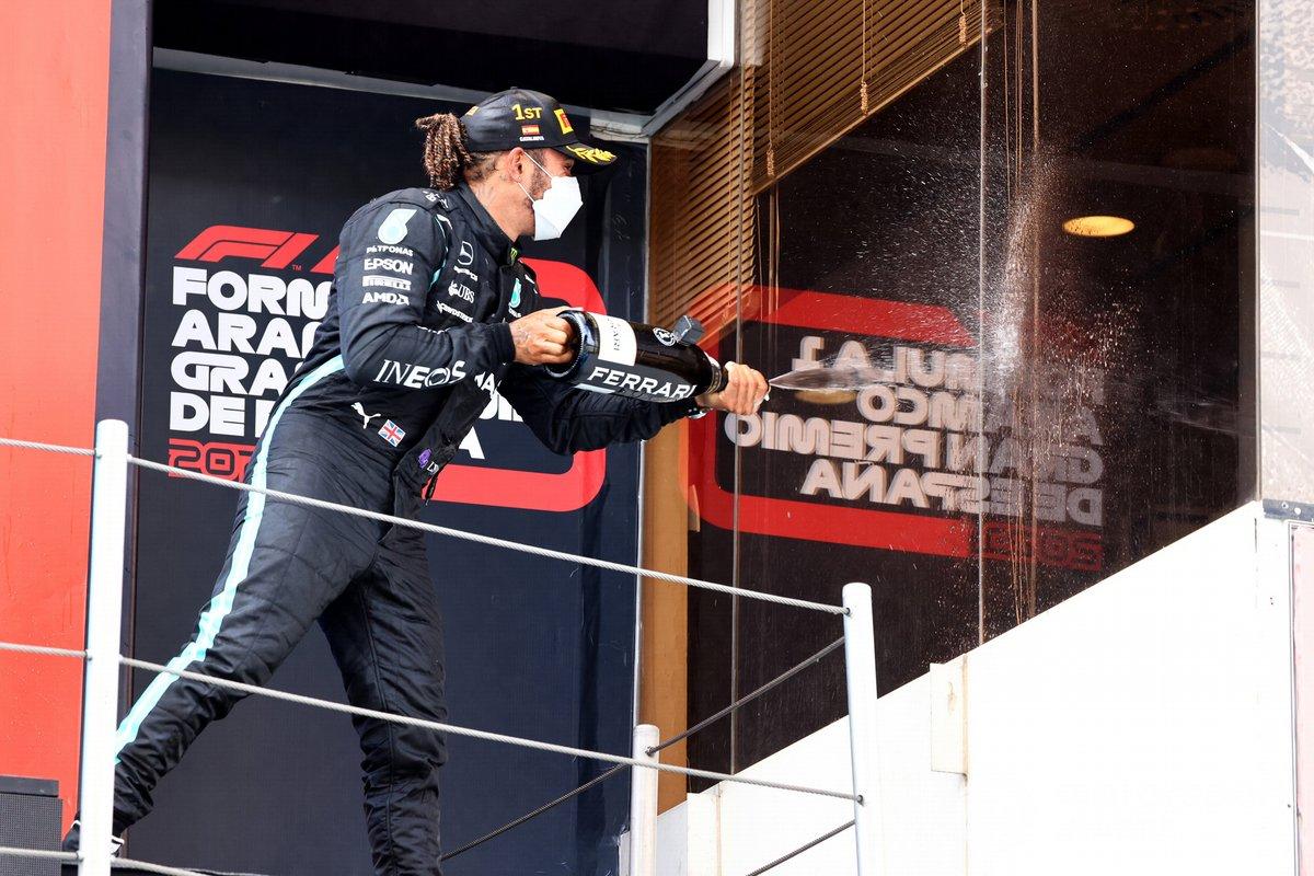Lewis Hamilton, Mercedes, primera victoria, celebra con el champán su victoria