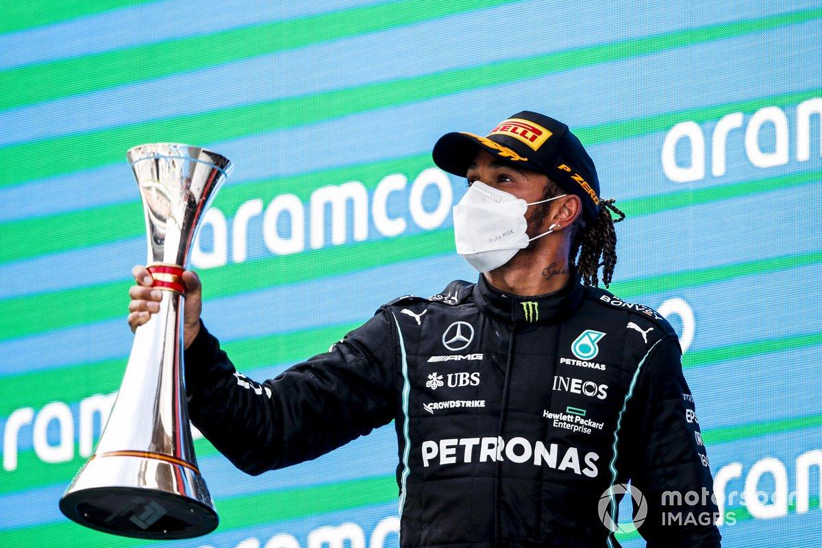 Il vincitore della gara Lewis Hamilton, Mercedes festeggia sul podio con il trofeo