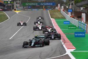 Sebastian Vettel, Aston Martin AMR21, Pierre Gasly, AlphaTauri AT02, Kimi Raikkonen, Alfa Romeo Racing C41 et Mick Schumacher, Haas VF-21