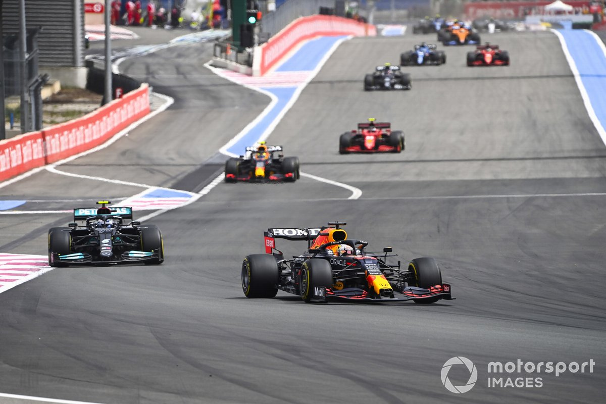 Max Verstappen, Red Bull Racing RB16B, Valtteri Bottas, Mercedes W12, e Sergio Perez, Red Bull Racing RB16B