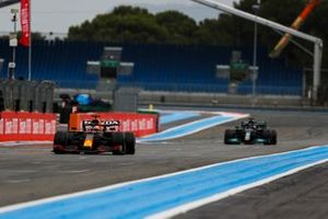 Max Verstappen, Red Bull Racing RB16B, devance Sir Lewis Hamilton, Mercedes W12