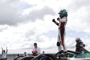 Lucas Di Grassi, Audi Sport ABT Schaeffler, célèbre sa victoire dans le parc fermé