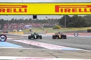 Max Verstappen, Red Bull Racing RB16B passeert Lewis Hamilton, Mercedes W12
