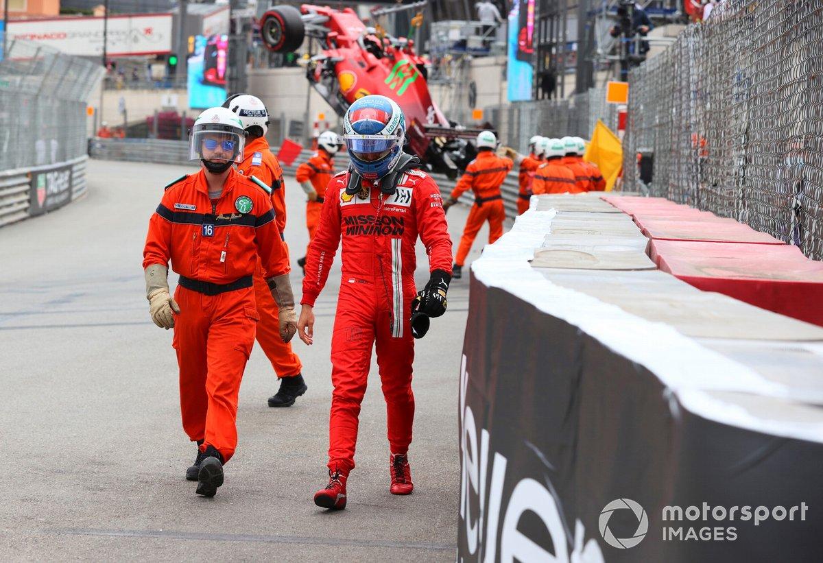 Marshal con Charles Leclerc, Ferrari, dopo l'incidente nelle qualifiche
