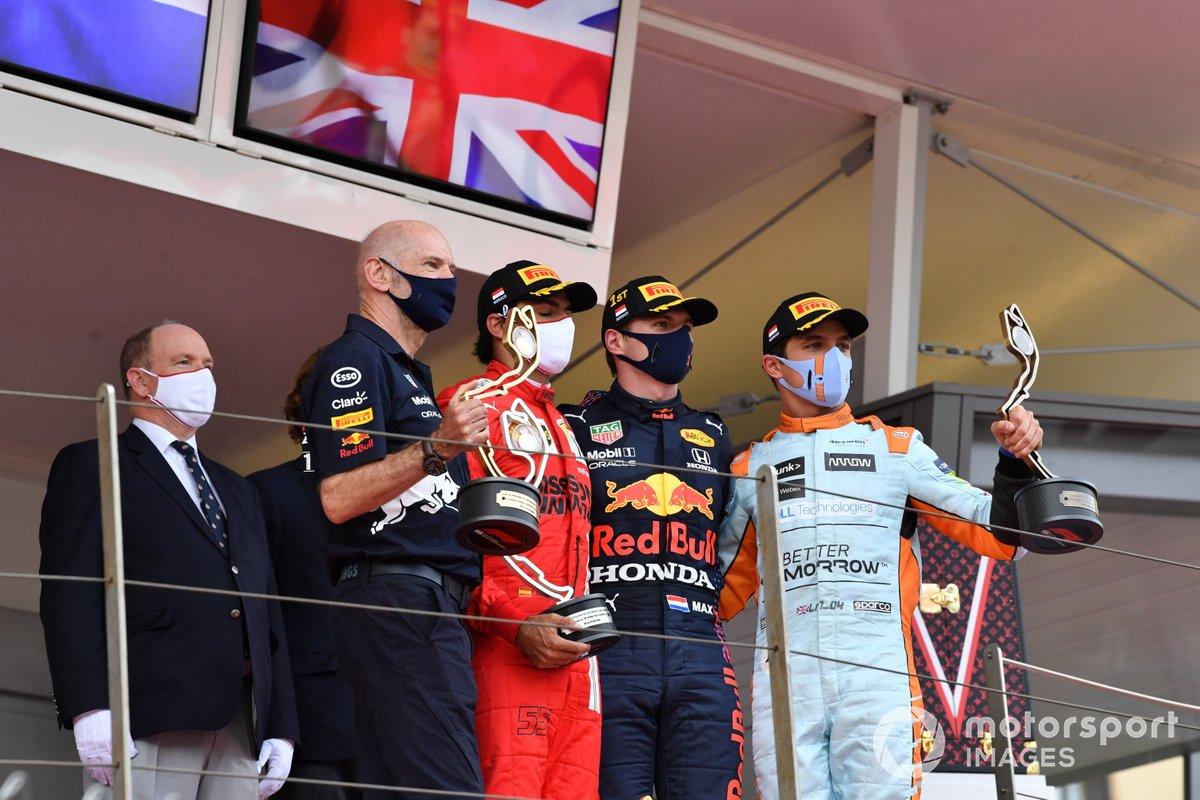 Podio: Adrian Newey, director técnico de Red Bull Racing, segundo lugar Carlos Sainz Jr., Ferrari, ganador Max Verstappen, Red Bull Racing, y tercer lugar Lando Norris de McLaren