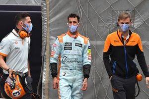 Daniel Ricciardo, McLaren, con los ingenieros tras la clasificación