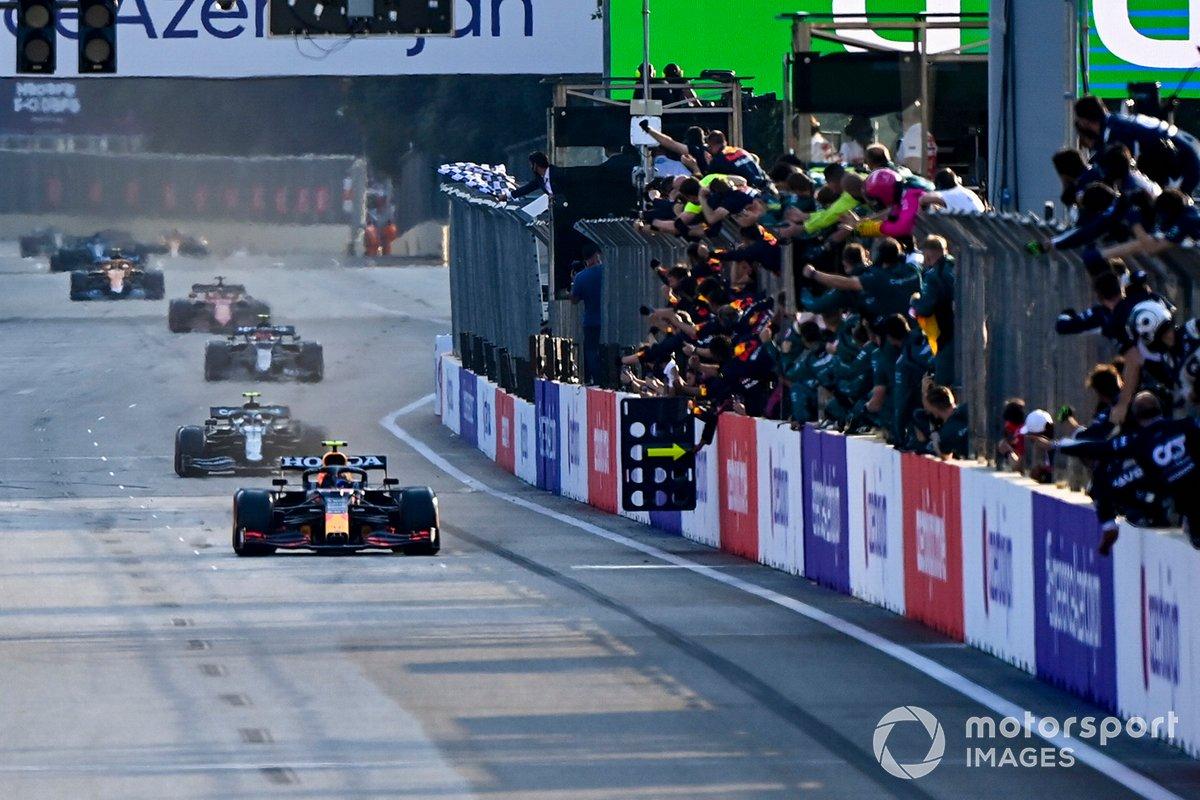 Ganador Sergio Pérez, Red Bull Racing RB16B, se lleva la bandera a cuadros