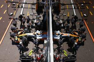 Daniel Ricciardo, McLaren MCL35M, vuelve a boxes