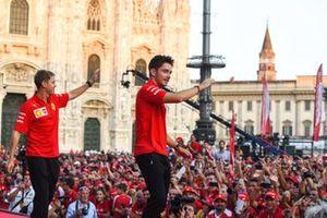 Sebastian Vettel, Ferrari y Charles Leclerc, Ferrari saludan al público desde el escenario