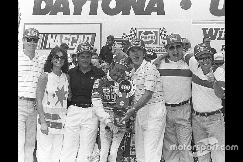 Tim Richmond comemorando vitória na corrida de 400 milhas em Daytona