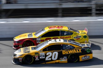 Erik Jones, Joe Gibbs Racing, Toyota Camry DeWalt and Joey Logano, Team Penske, Ford Mustang Shell Pennzoil
