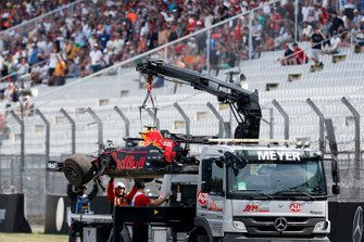Marshals remove the damaged car of Pierre Gasly, Red Bull Racing RB15