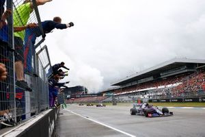 The Toro Rosso team cheer as Daniil Kvyat, Toro Rosso STR14, 3rd position, crosses the line