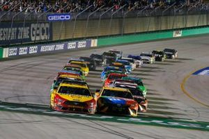 Restart: Joey Logano, Team Penske, Ford Mustang Shell Pennzoil, Kyle Busch, Joe Gibbs Racing, Toyota Camry M&M's