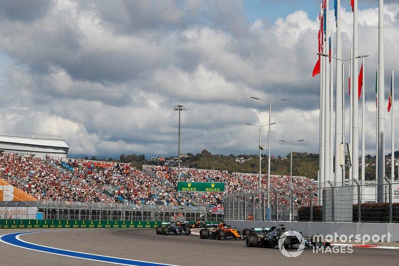 Lewis Hamilton, Mercedes AMG F1 W10, precede Carlos Sainz Jr., McLaren MCL34, Valtteri Bottas, Mercedes AMG W10 e Lando Norris, McLaren MCL34