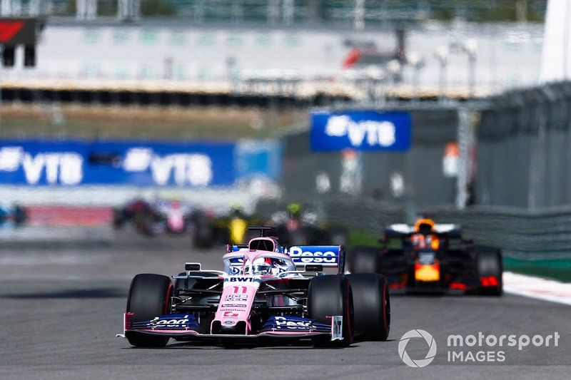 Sergio Perez, Racing Point RP19, precede Max Verstappen, Red Bull Racing RB15