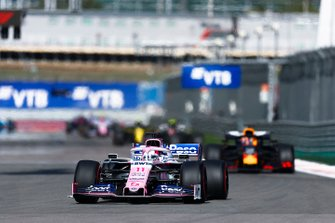 Sergio Perez, Racing Point RP19, voor Max Verstappen, Red Bull Racing RB15