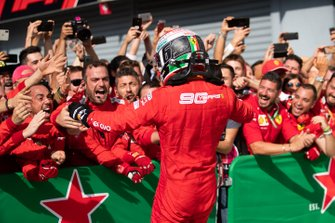 Il vincitore della gara Charles Leclerc, Ferrari festeggia con il suo team al parc ferme